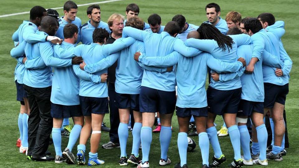 Photo d'une équipe de rugby rassemblée sur un terrain