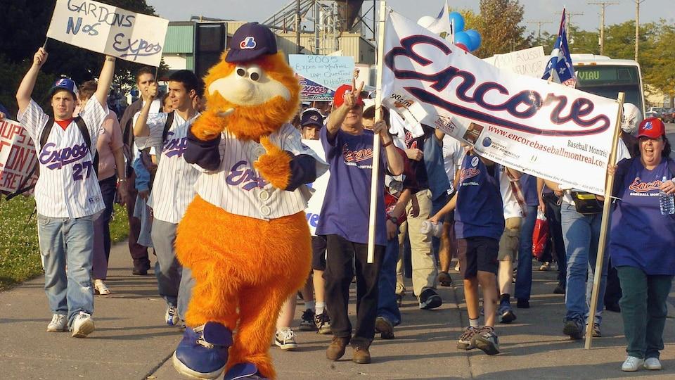 La mascotte des Expos, Youppi!, entouré de partisans de l'équipe avant un match contre les Phillies, le 25 septembre 2004