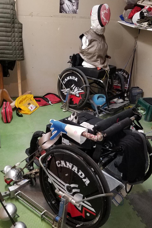 Son mannequin Minerva est assis dans un fauteuil roulant.