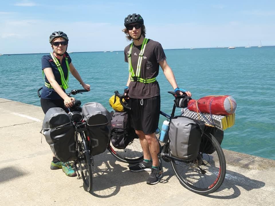 Ils prennent la pose avec leurs vélos.