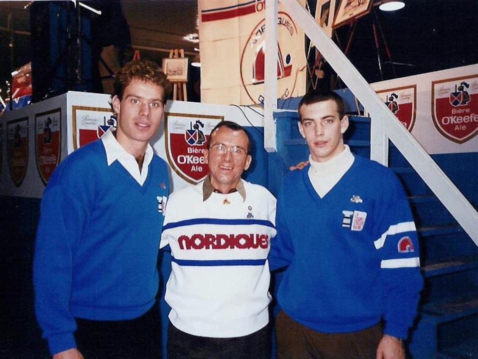 Jean Furois est entouré de Randy Moller et Joe Sakic.