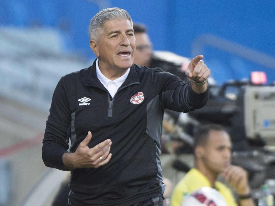 L'entraîneur-chef du Canada Octavio Zambrano