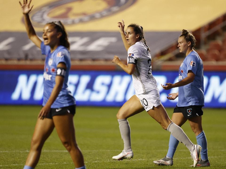Elle lève un bras après avoir marqué un but.