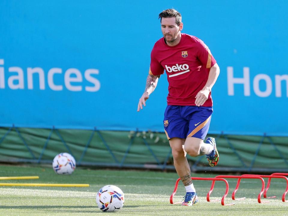 Il s'approche du ballon.