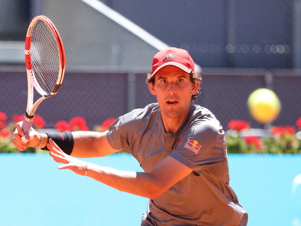 L'athlète garde les yeux sur la balle qui file vers lui à toute vitesse.