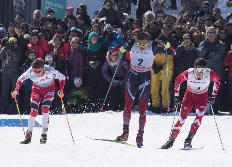 Johannes Hoesflot Klaebo (à gauche), Niklas Dyrhaug (au centre) et Alex Harvey (à droite)