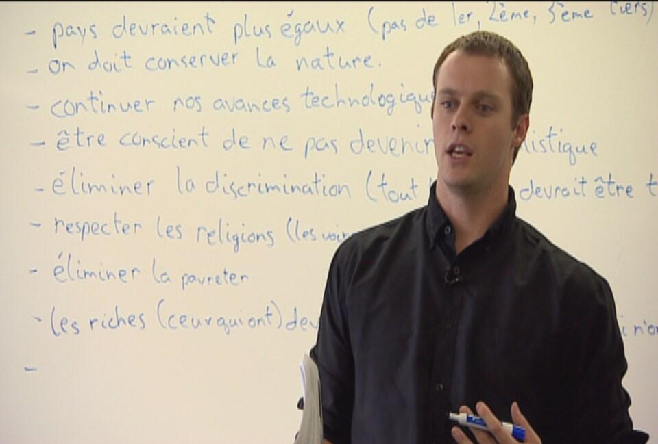 Andrew Albers en train d'enseigner à une classe d'une école secondaire.