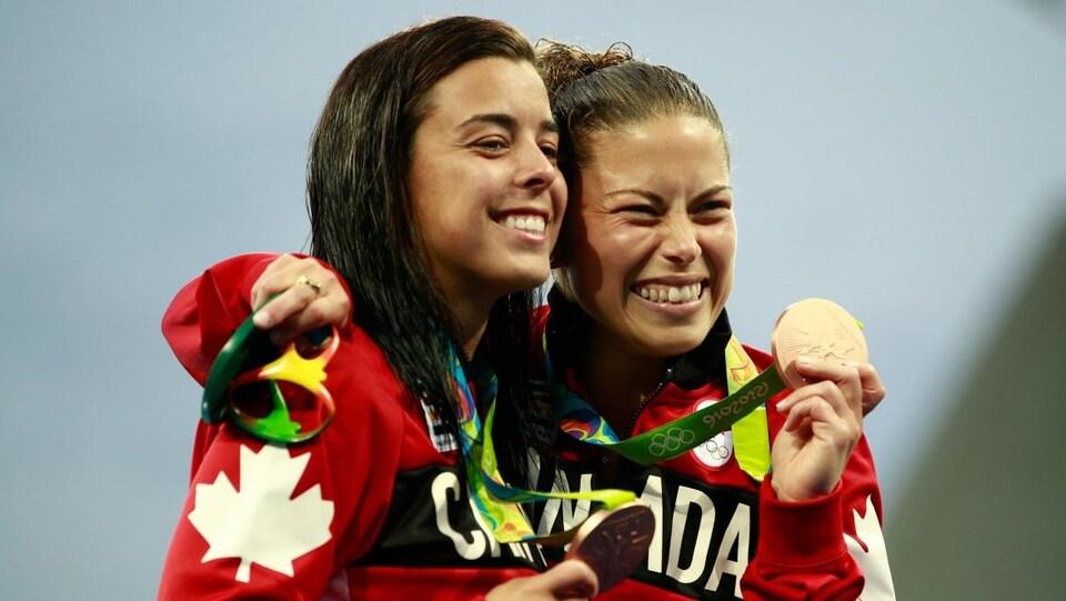 Meaghan Benfeito (gauche) et Roseline Filion célèbrent leur médaille de bronze.