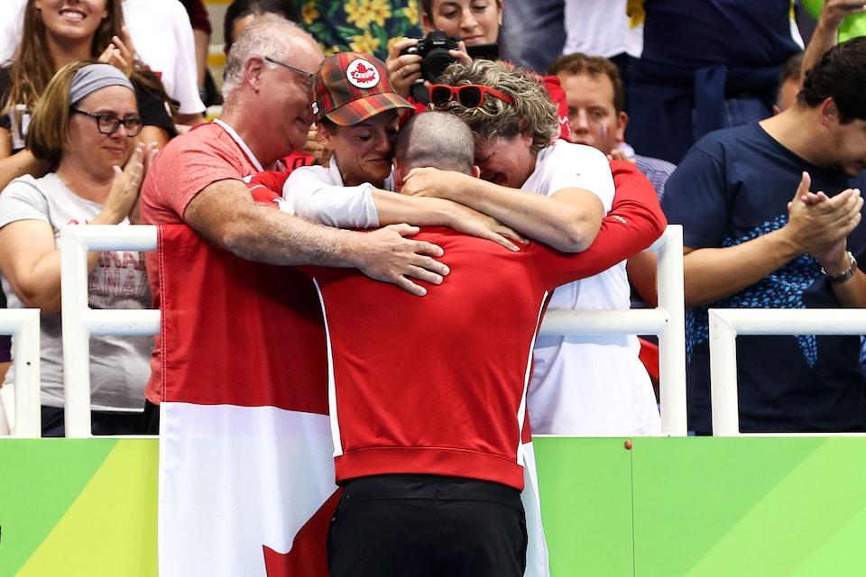 Benoît Huot célèbre sa médaille au 400 m style libre des Jeux de Rio avec ses proches.