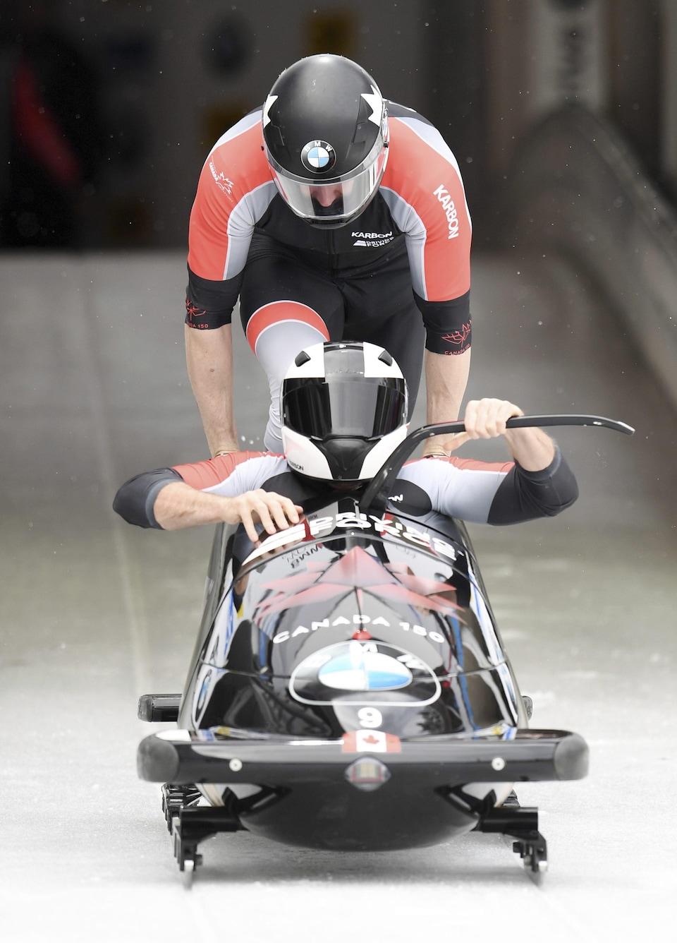 Le Canadien Justin Kripps (à l'avant) et son freineur Alexander Kopacz prennent le départ de la Coupe du monde de bobsleigh à 2 de l'IBSF à Königssee, en Allemagne.