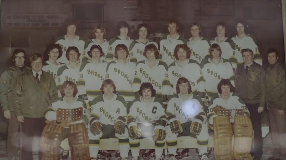 Photo d'équipe de la saison 1975-1976 affichée sur les murs de l'aréna.
