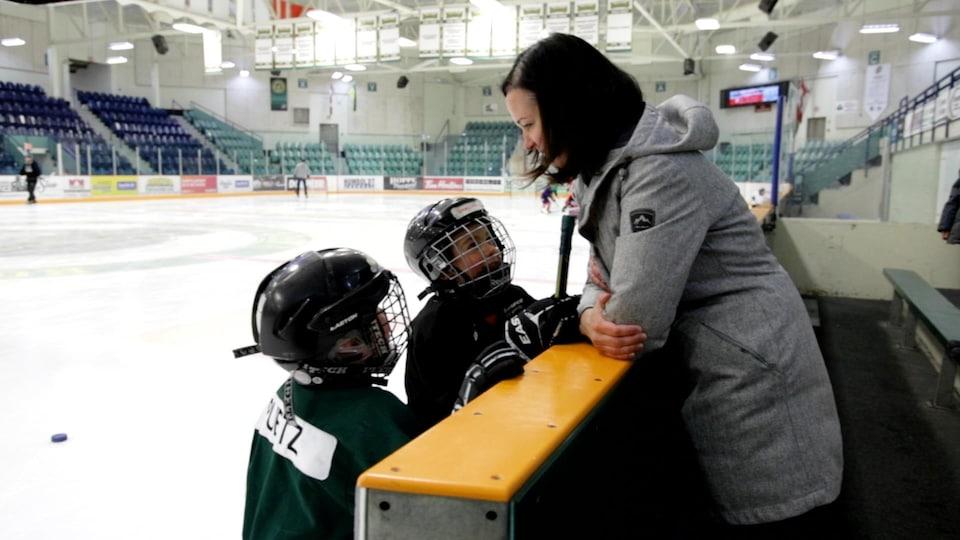 Kristen Puetz en conversation avec ses fils pendant une pratique de ceux-ci.