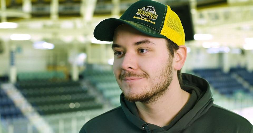 Michael Clark tout sourire en entrevue à Radio-Canada.