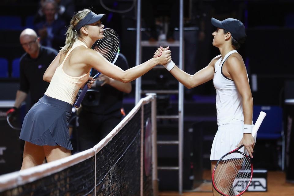 Poignée de main entre Maria Sharapova et Caroline Garcia à l'issue du match