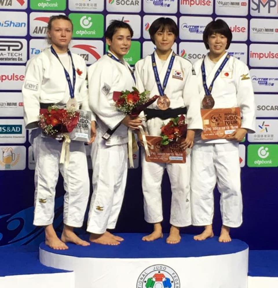La finaliste Jessica Klimkait (à gauche) et la gagnante Christa Deguchi à ses côtés sur le podium