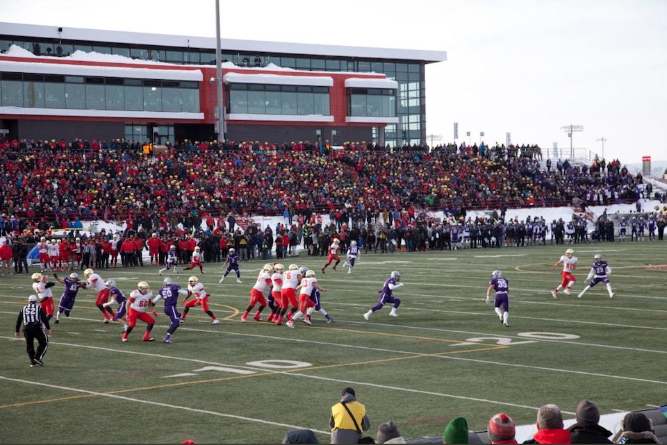 Le Rouge et Or de l'Université Laval affronte les Mustangs de l'Université Western à la Coupe Vanier.