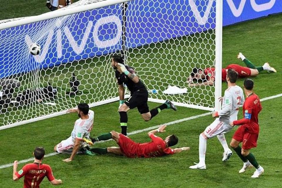 Diego Costa marque son deuxième but du match contre le Portugal.