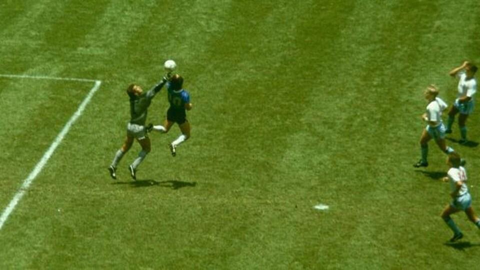 La fameuse main de Dieu de Diego Maradona lors du quart de finale de la Coupe du monde de 1986 entre l'Argentine et l'Angleterre.