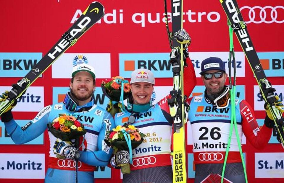Ils lèvent leurs skis dans leurs mains.
