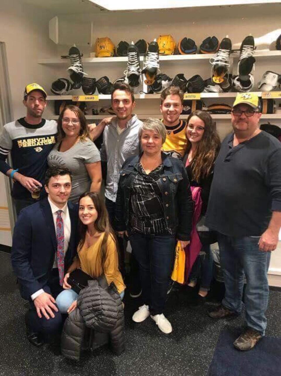 La famille Girard dans le vestiaire des Predators après le premier match de Samuel dans la LNH, mardi