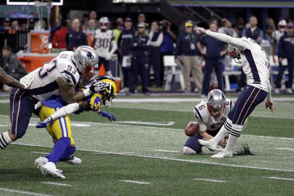 Stephen Gostkowski (à droite), des Patriots de la Nouvelle-Angleterre, rate un placement au premier quart du 53e Super Bowl contre les Rams de Los Angeles.