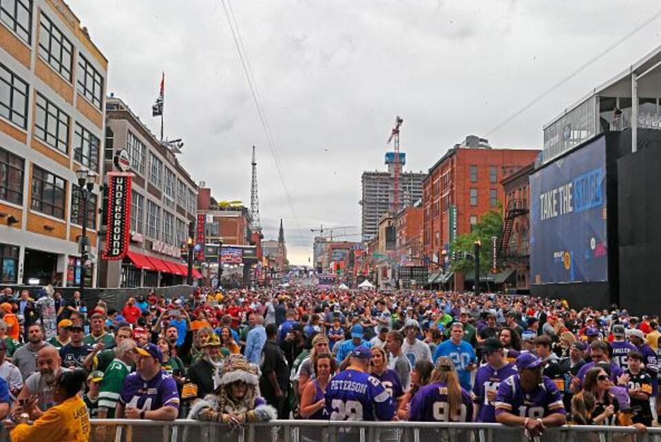 La foule a envahi une rue.