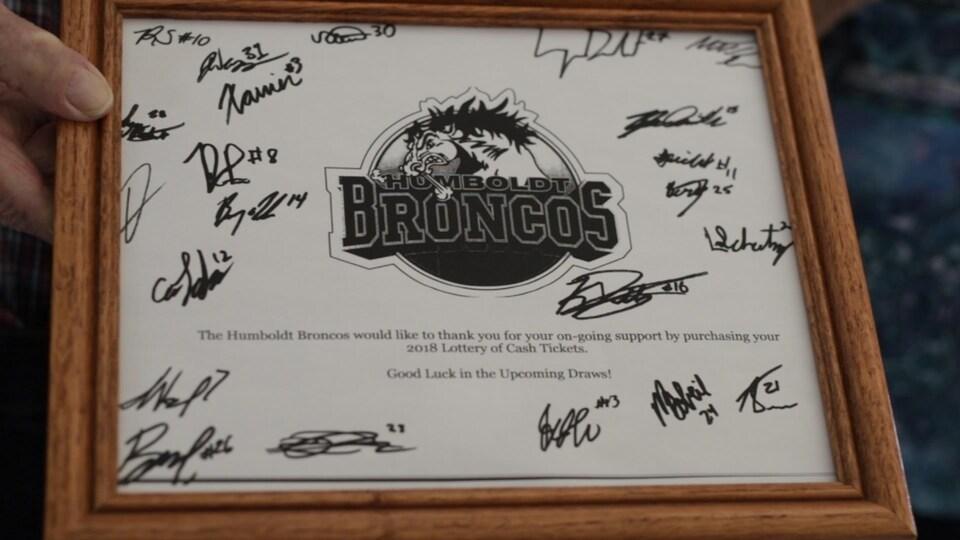 Cadre avec le logo des Broncos en plein centre. Autour du logo, les joueurs de la dernière saison ont signé.