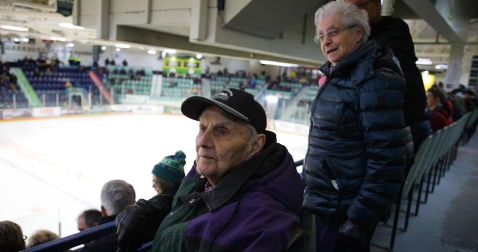 Jean et Hélène Kerbrat en train de regarder un match des Broncos.
