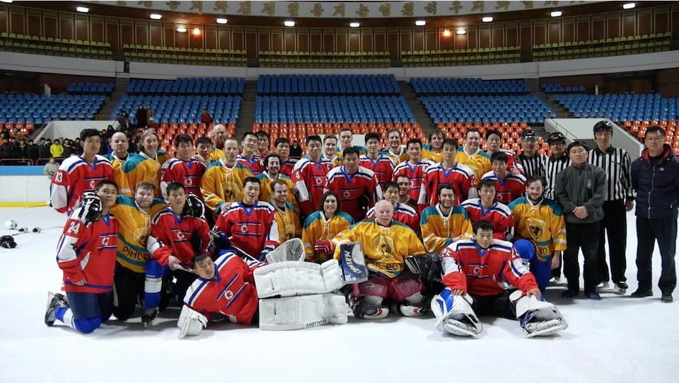 Des membres de Hockey Fondation (en jaune) avec des joueurs nord-coréens