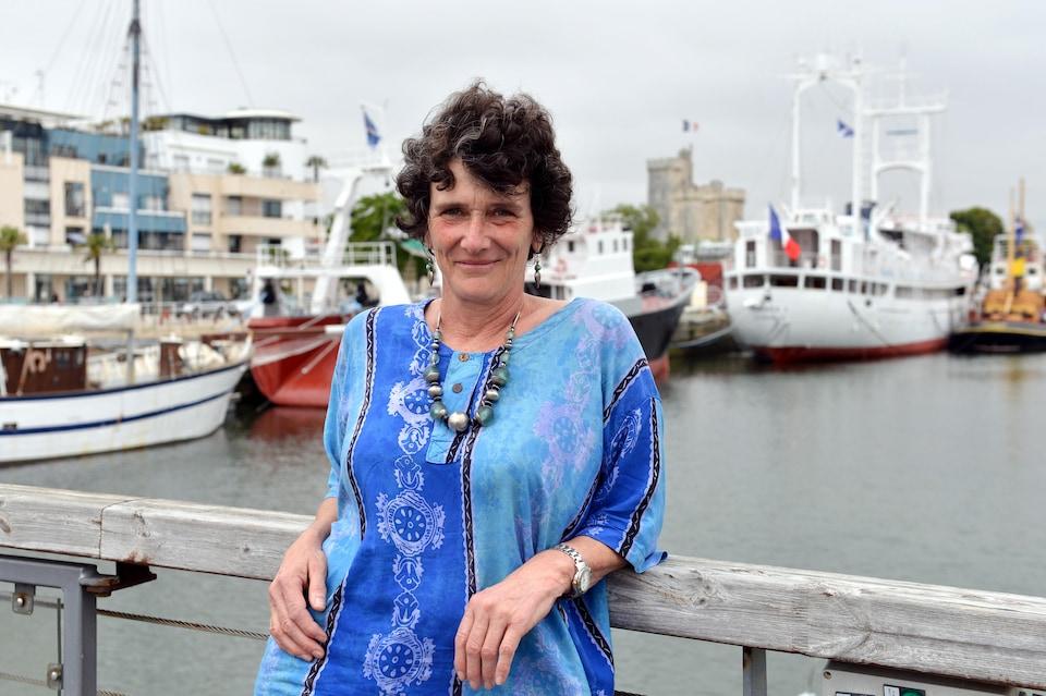 La navigatrice et écrivaine française Isabelle Autissier, présidente du WWF France, dans le port de La Rochelle