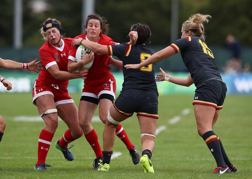 L'équipe canadienne en action à la Coupe du monde rugby à 15 joueuses.