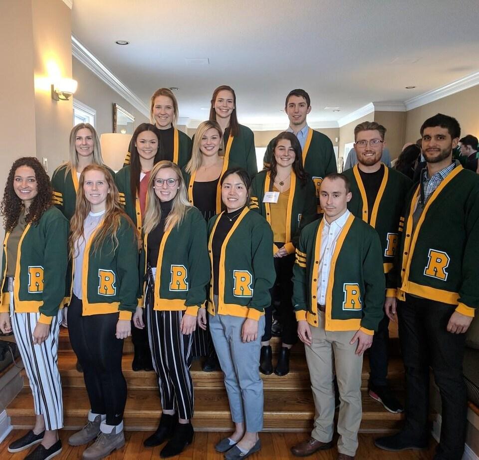 Le 19 mars dernier, Marc Turmel (2e à droite dans la rangée du bas) a reçu un cardigan vert remis aux étudiants-athlètes de cinquième année.