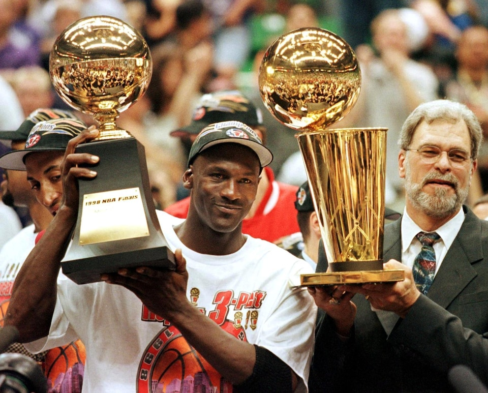 Michael Jordan et l'entraîneur Phil Jackson après avoir remporté leur sixième championnat en juin 1998.