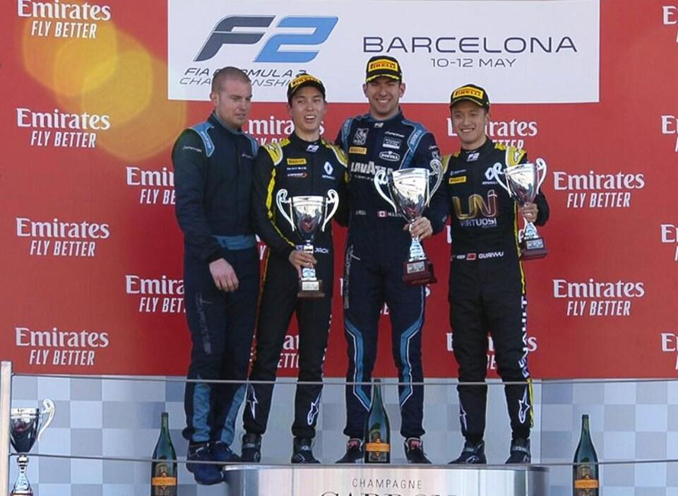 Nicholas Latifi au centre du podium, après avoir gagné la première course de F2 du week-end à Barcelone