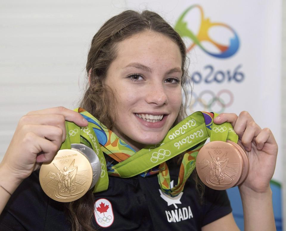 La nageuse Penny Oleksiak présente ses quatre médailles remportées aux Jeux olympiques de Rio, en 2016.