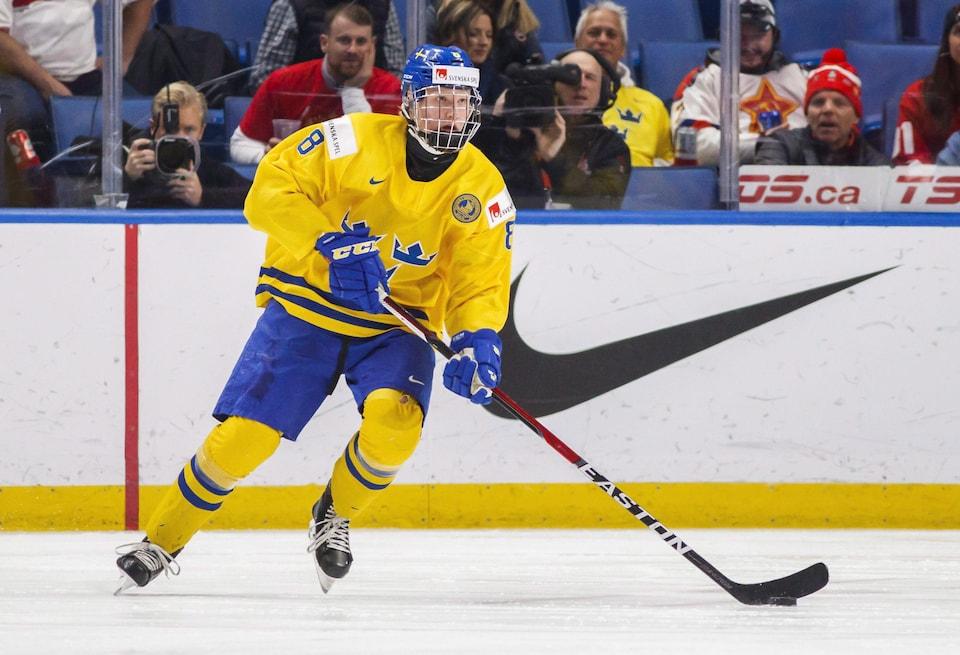 Rasmus Dahlin manie la rondelle lors d'un match de la Suède au Championnat du monde de hockey junior, à Buffalo.