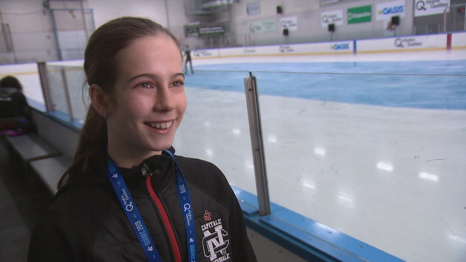 Marie Claude Savard sourit aux abords de la patinoire.