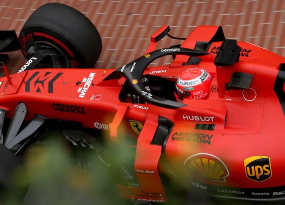 Sebastian Vettel en piste à Monaco avec une réplique du casque de Niki Lauda