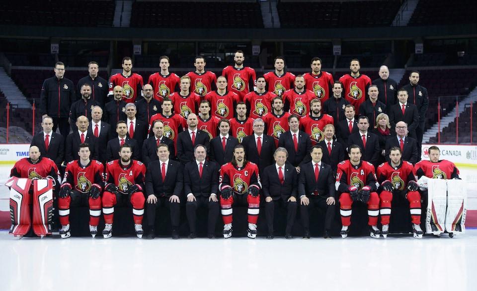 Les joueurs des Sénateurs d'Ottawa prennent la pose lors de la séance de photo d'équipe.