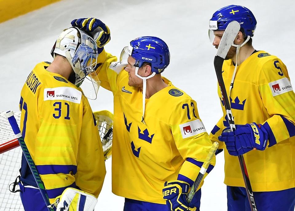 Patric Hornqvist (centre) et ses coéquipiers après une victoire de 6 à 0 de la Suède contre les États-Unis.