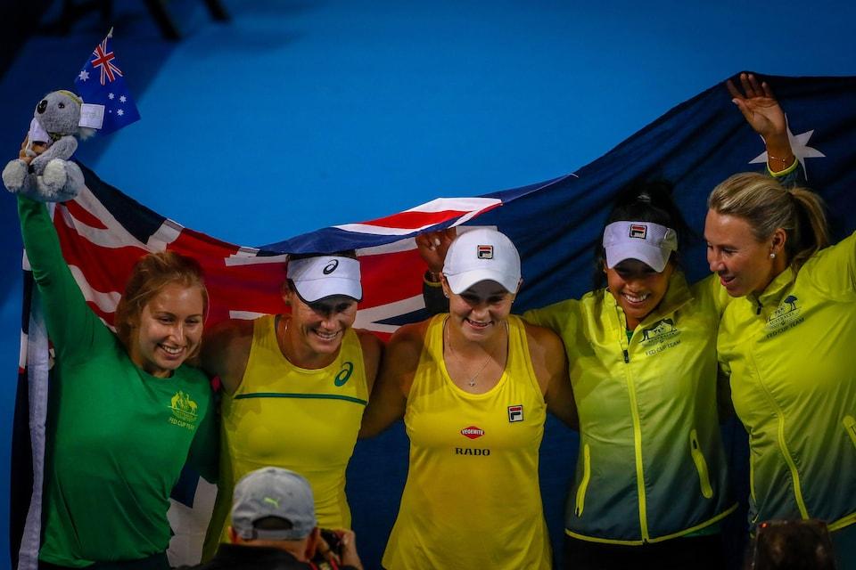 Les Australiennes Daria Gavrilova, Samantha Stosur, Ashleigh Barty, Priscilla Hon et Alicia Molik, dans l'ordre habituel, célèbrent leur victoire en demi-finale de la Fed Cup contre le Bélarus.