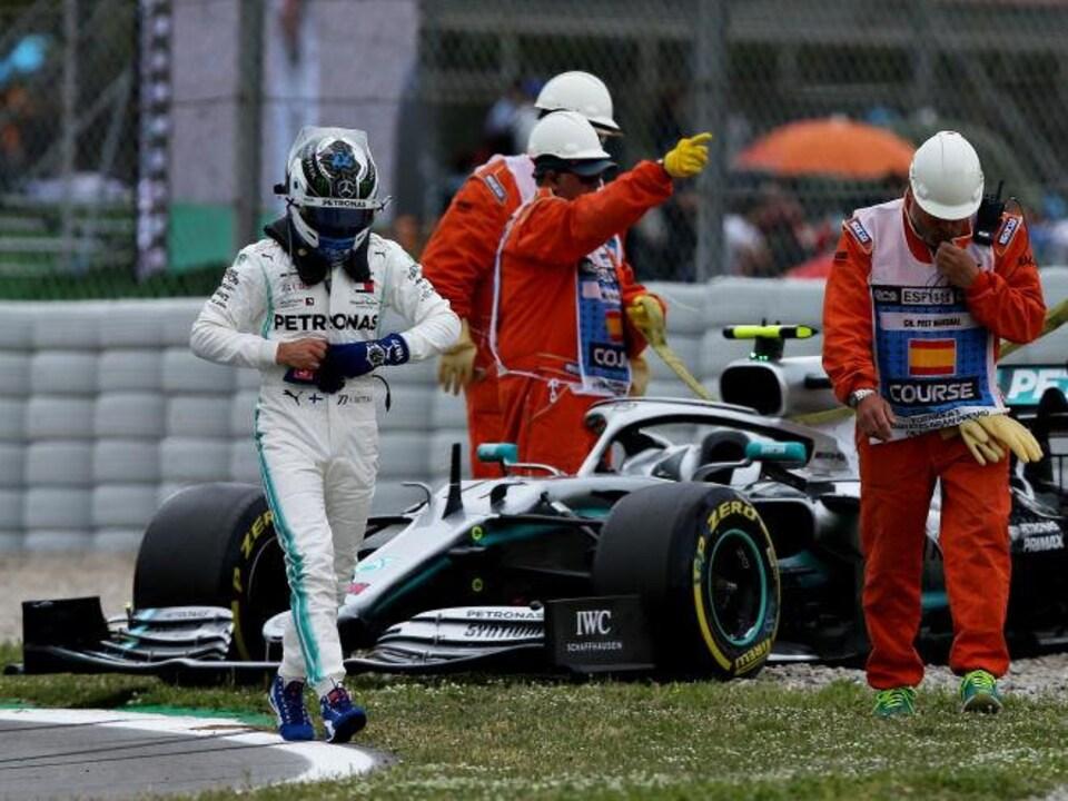 Valtteri Bottas (Mercedes-Benz) immobilisé dans les graviers à Barcelone