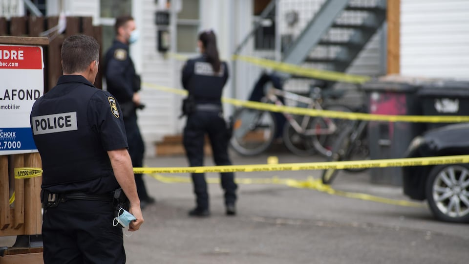 Trois policiers sur les lieux de l'agression.