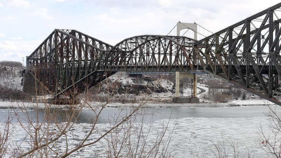 La facture pour la peinture et l'entretien du pont de Québec pourrait approcher les 800 millions de dollars sur 25 ans.