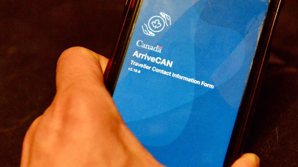 Une main tenant un téléphone