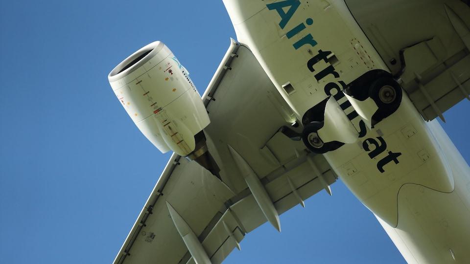Un avion d'Air Transat vu d'en bas.