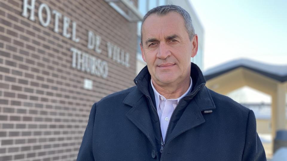 Benoit Lauzon devant l'hôtel de ville de Thurso.