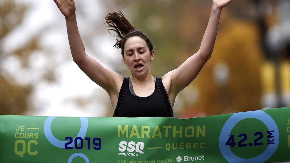 Carolyn Shaw, gagnante du marathon de Québec 2019 chez les femmes.