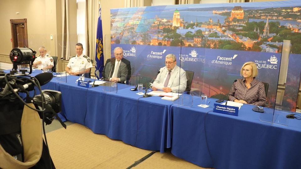 Conférence de presse à l'hôtel de ville de Québec pour parler des mesures d'urgence au pont Pierre-Laporte.