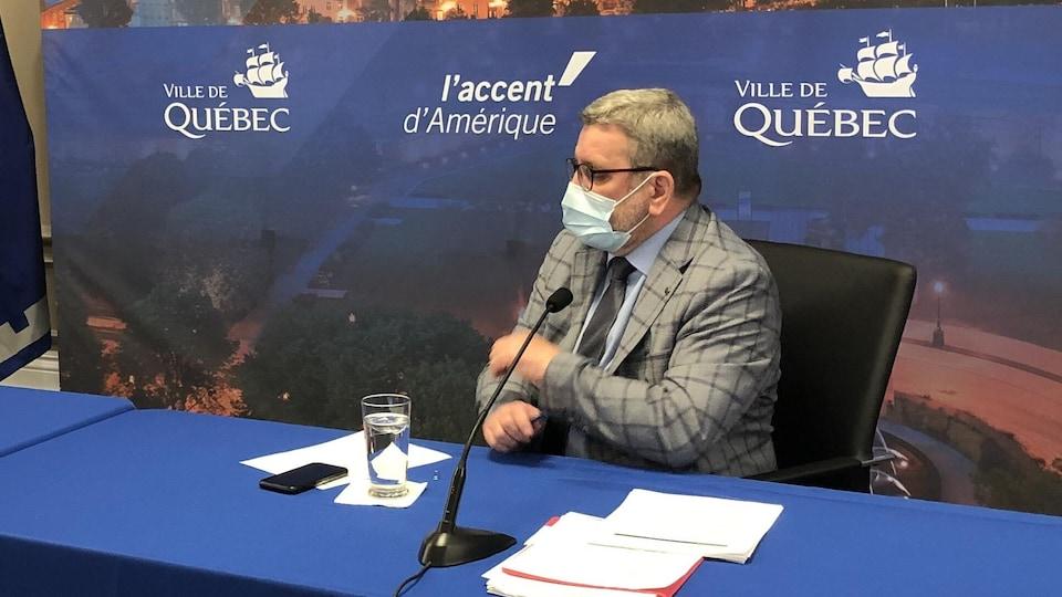 Le maire Régis Labeaume porte un masque lors d'un point de presse